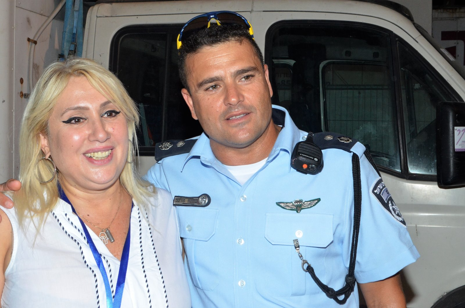 """מפקד משטרת אשדוד סנ""""צ שמעון פורטל עם איריס נפתלי בפסטיבל חלון לים התיכון. צילום: אריק ז'ורנו"""