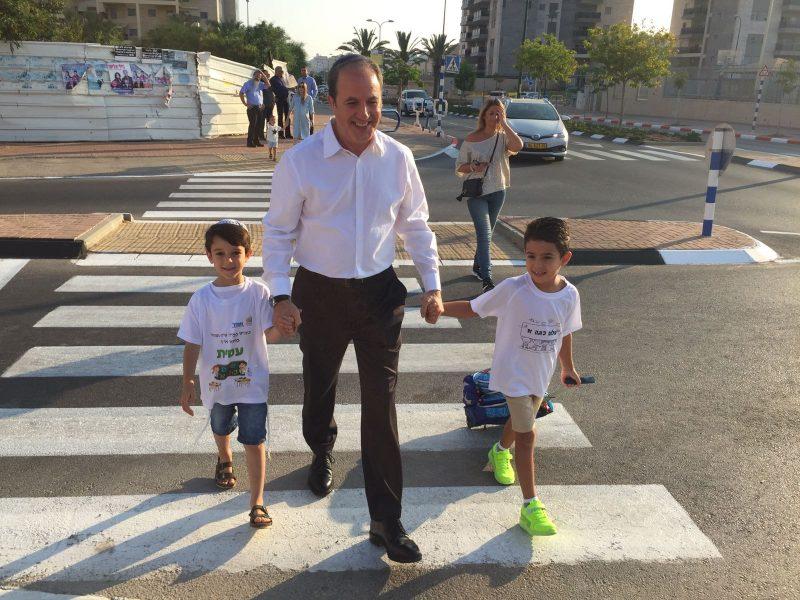 ראש העירייה לסרי עם הנכד הבכור עמית, משמאל בפתיחת שנת הלימודים לפני שנה. צילום: אורי קריספין