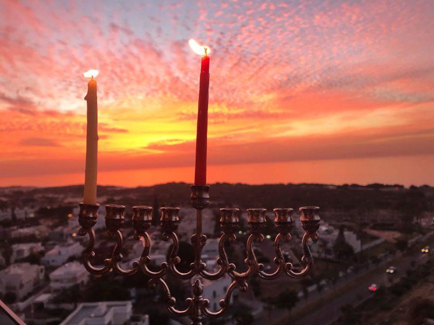 כשמופע של אור וצבע בשמי אשדוד משתלב עם חג האורים: לפנות ערב נר ראשון של חנוכה. צילום: שמואל דוד