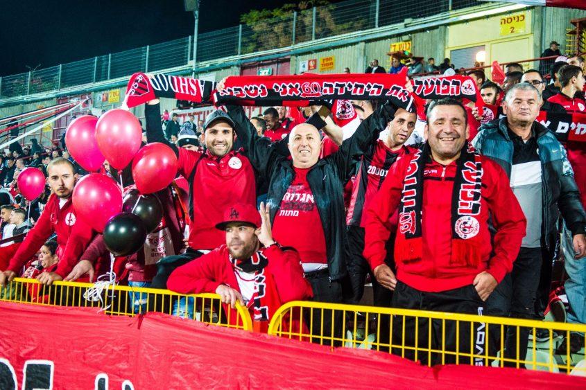 האוהדים האדומים. צילום: אורי קריספין