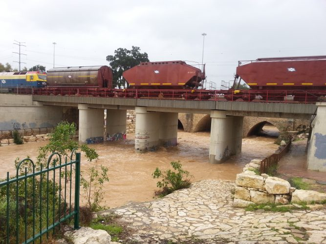 רכבת משא מעל נחל לכיש, גשר עד הלום חורף 2015. צילום: דור גפני
