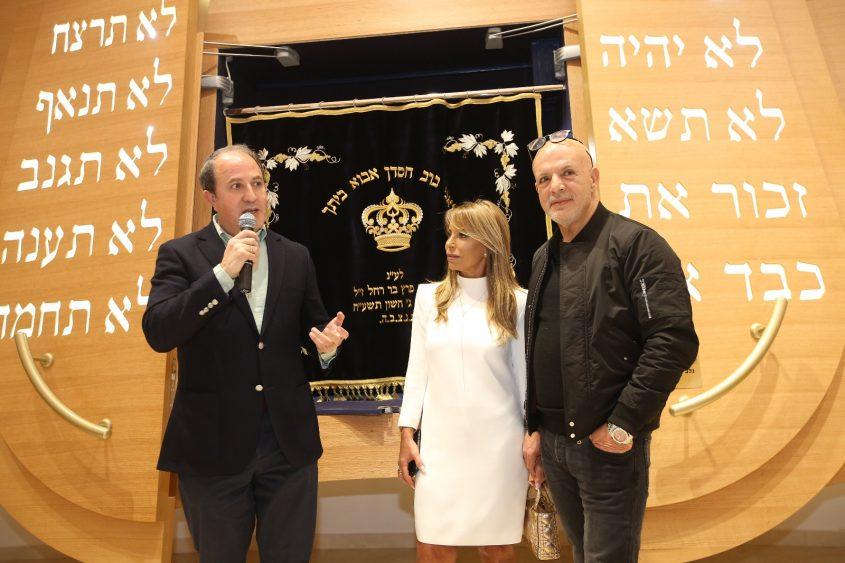 לסרי מברך את קלוד ושוש נחמיאס בחנוכת בית הכנסת במגדלי קיי. צילום: סטודיו שי אסייג