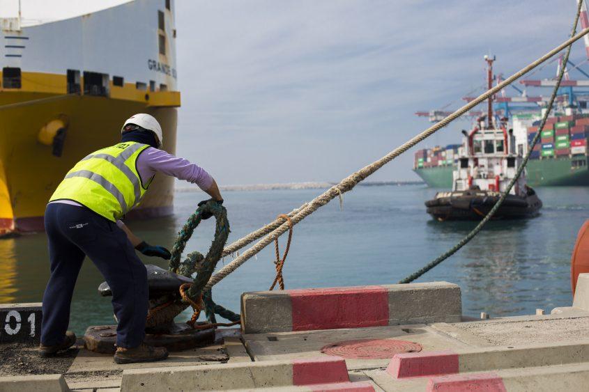 ארכיון: עובד נמל אשדוד קושר אוניה לרציף. צילום: פבל טולצ'ינסקי