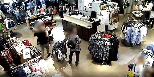 תיעוד: גנבו עשרות טלפונים מנשים ומעגלות תינוק במהלך 'שופינג' בקניון