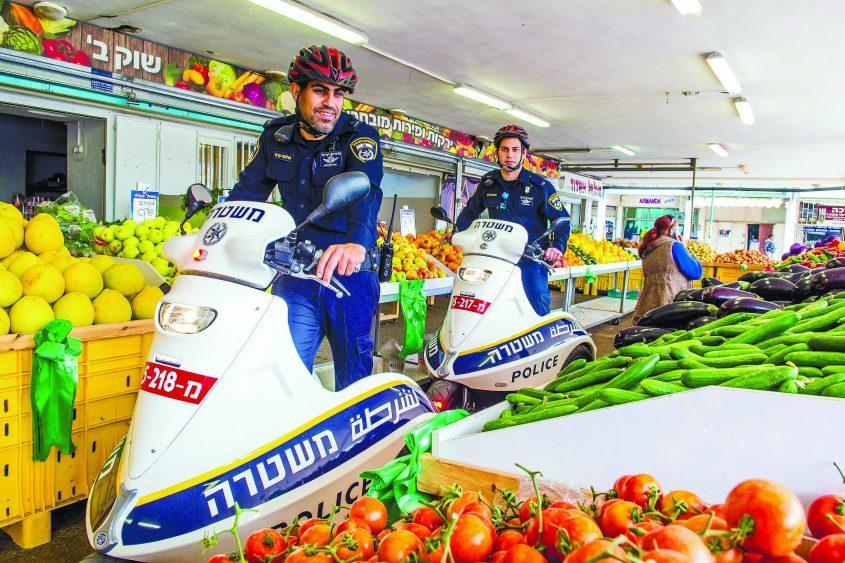 עושים סדר: שוטרי מקוף בשוק ב'. צילום: אורי קריספין