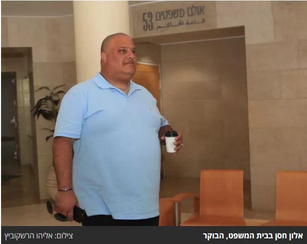 אלון חסן בכניסה לאולם בית המשפט. צילום: אליהו הרשקוביץ