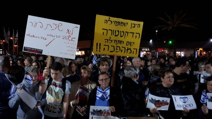 """מאות הפגינו ברחבת העירייה: """"תחילת המהפכה"""" (וידאו)"""