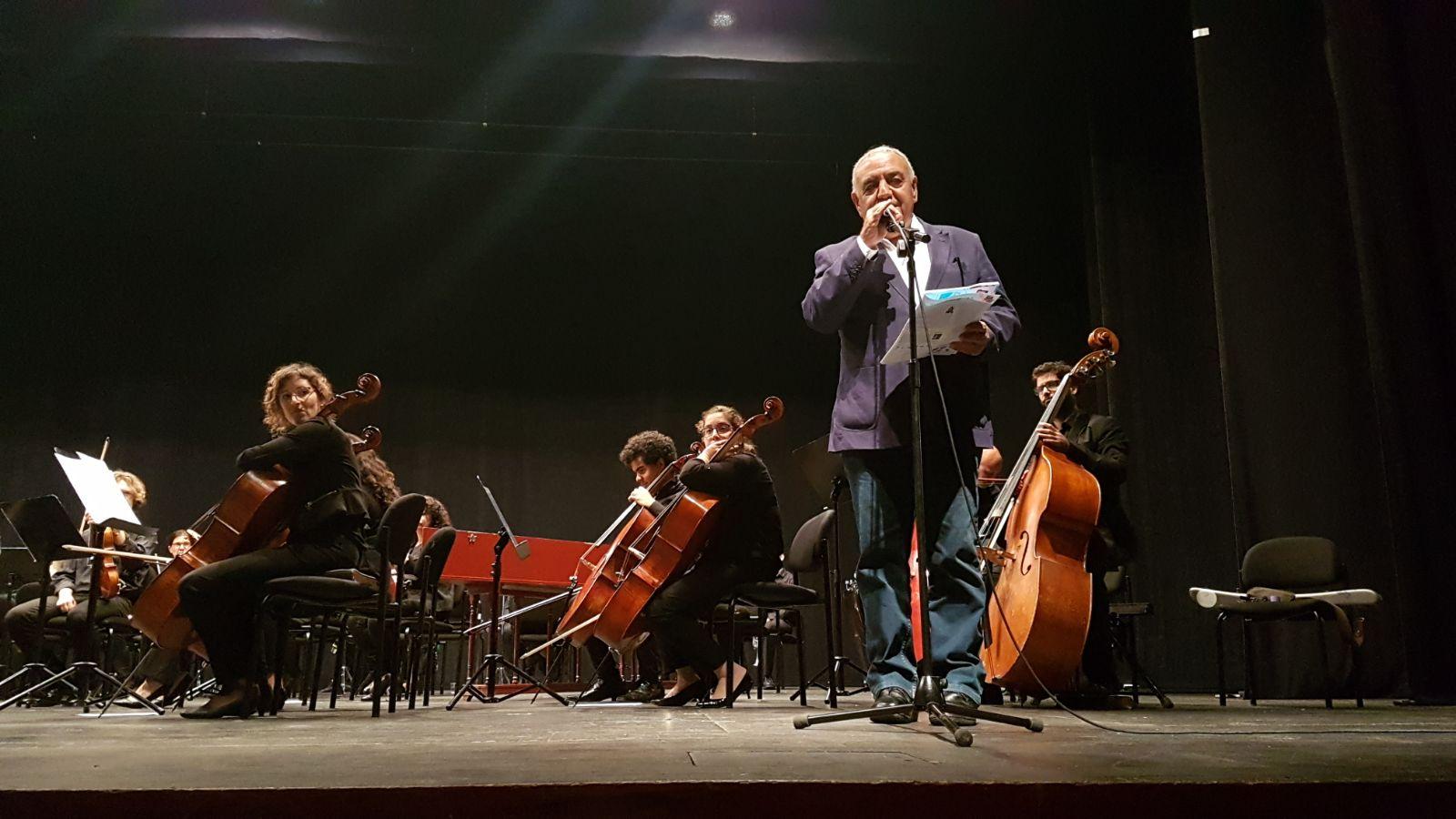 מוטי מלכא מציג את התזמורת הקאמרית תל אביב. קרדיט צילום: חנבו תקשורת
