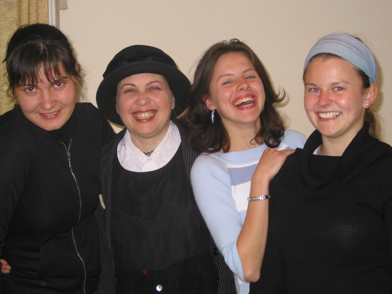 מרציאנו (שרת) שלישית מימין, עם משתתפות סדנת הסטדנאפ שהיא מעבירה