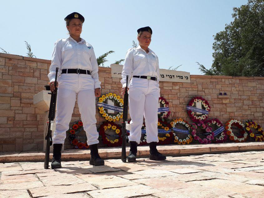משמר כבוד של חיילות חיל הים באנדרטת החלקה הצבאית, בית העלמין באשדוד