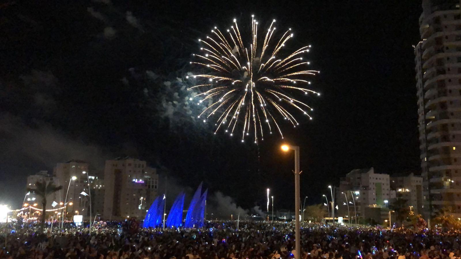 מופע הזיקוקים ערב יום העצמאות 2018 באשדוד. כיכר המפרשיות. צילום: שמואל דוד
