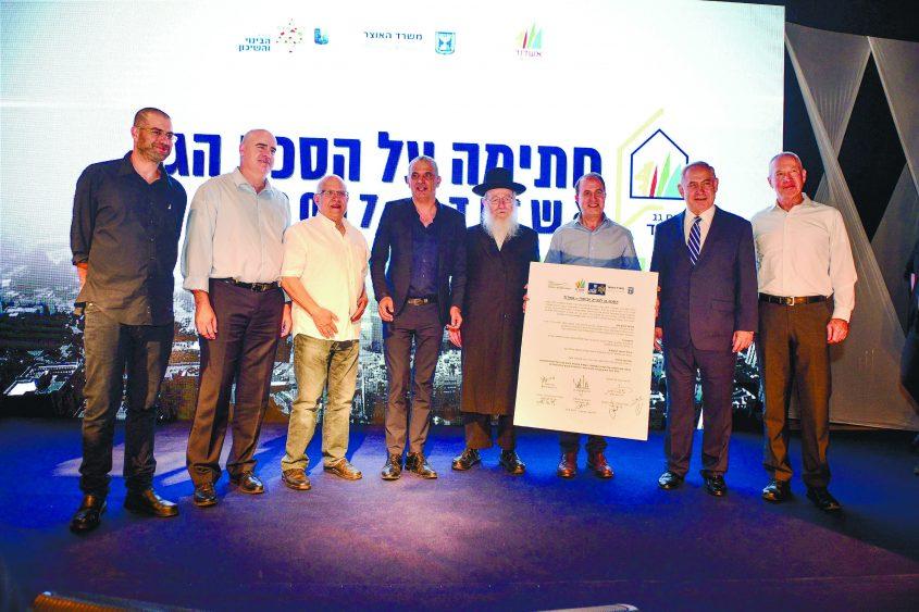 לסרי ונתניהו בטקס החתימה על הסכם הגג באשדוד, אוגוסט 17'. צילום: אורי קריספין