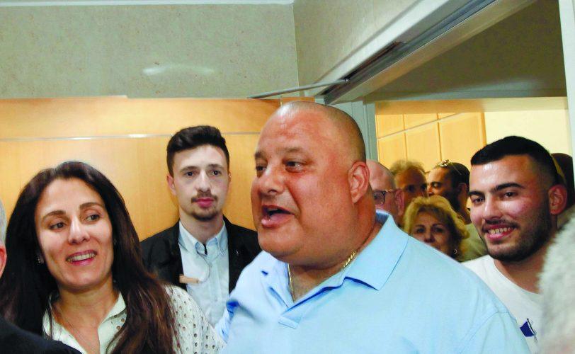 אלון חסן, אשתו סימה ובנם ביציאה מבית המשפט לאחר הזיכוי. צילום: אליהו הרשקוביץ