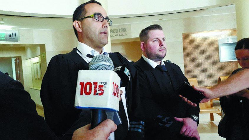 """מימין: עוה""""ד צחי יונגר ועמיחי חביביאן מפרקליטות מחוז דרום לאחר הודעת הזיכוי. עכשיו התיק עבר לידי פרקליטות המדינה. צילום: דור גפני"""