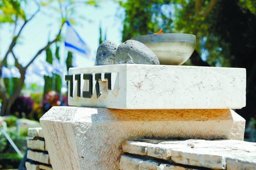 מצבת יזכור בבית עלמין צבאי. צילום: חיים טויטו