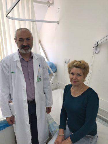 """ד""""ר קוניאבסקי והמנותחת הראשונה בקפלן, מריה לוקיאנצ'נקו, לכריתת בלוטת התריס דרך מבוא הפה   (צילום: אופיר לוי, ביה""""ח קפלן)"""