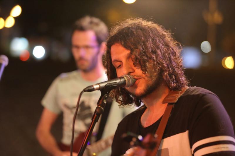 אסף איינהורן שר משירי ארץ ישראל בדקל