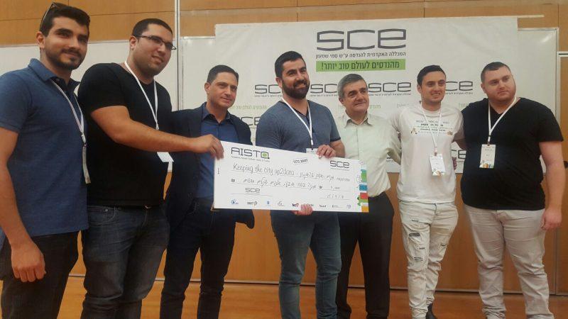 הקבוצה המנצחת בהאקתון עם ראש עיריית באר שבע דנילוביץ---קרדיט מכללת סמי שמעון