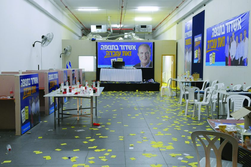 מטה הבחירות של אשדוד בתנופה בראשות לסרי בליל הניצחון, 22 באוקטובר 2013. צילום: אורי קריספין