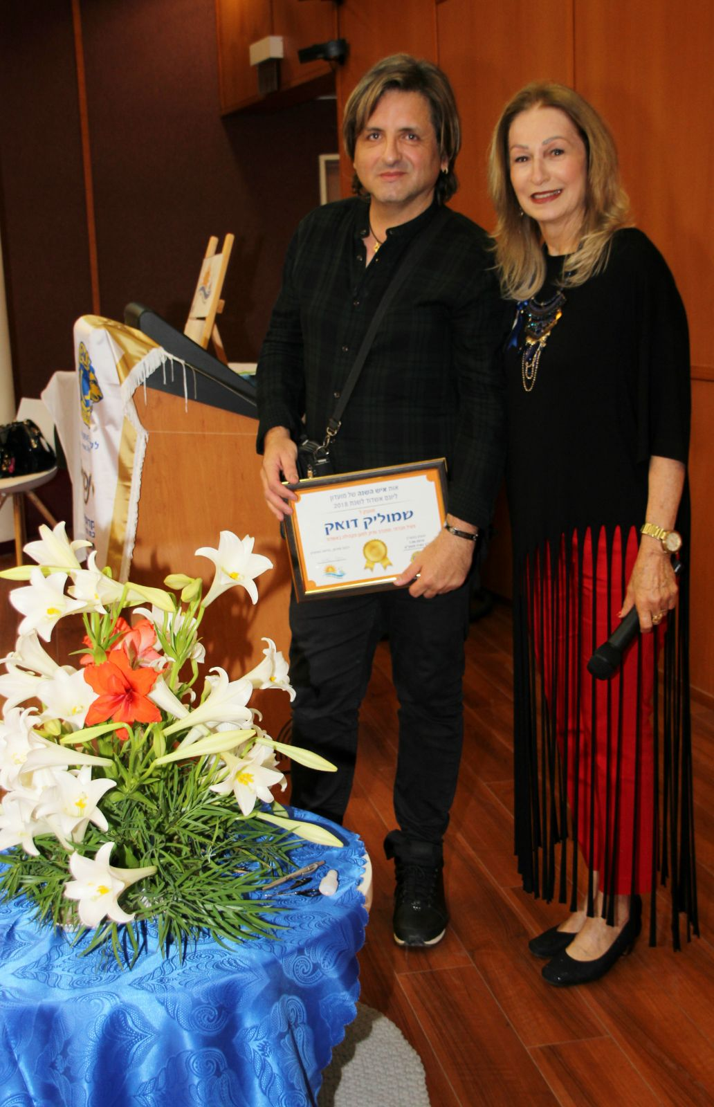 שמוליק דואק איש השנה של ליונס אשדוד עם לילי כנפי. צילום: שוקי אלישע