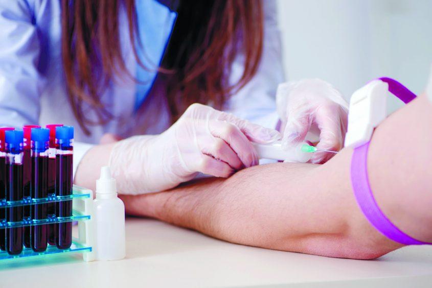 המחשה: אחות עושה בדיקת דם. צילום: אי.אס.אי.פי