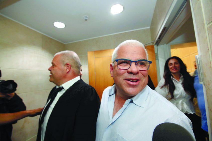 """שוקי סגיס ועו""""ד לוליק אסל בבית המשפט, רגע לאחר הזיכוי. צילום: אליהו הרשקוביץ"""