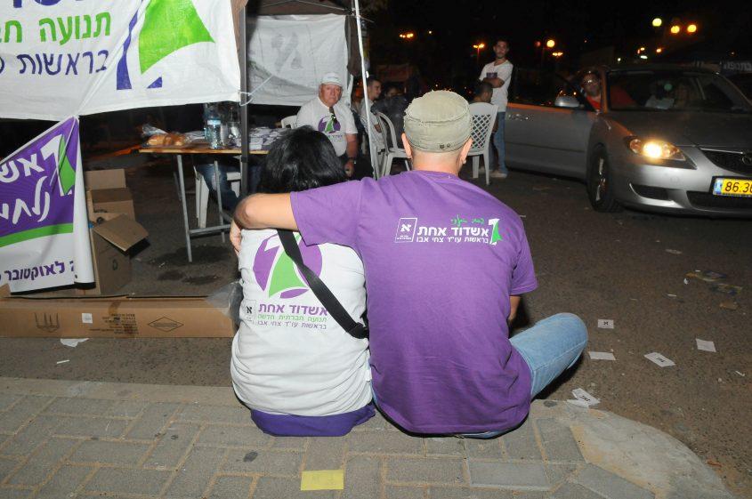 פעילי אשדוד אחת מחוץ לקלפיות. צילום: אורי קריספין