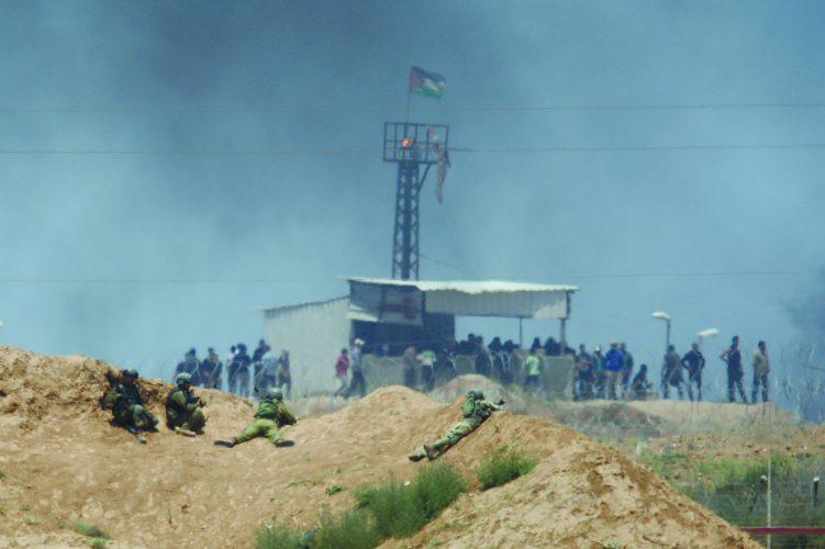 חיילים על סוללת עפר, מולם עמדת חמאס ביום העברת השגרירות לי-ם. צילום: אילן אסייג