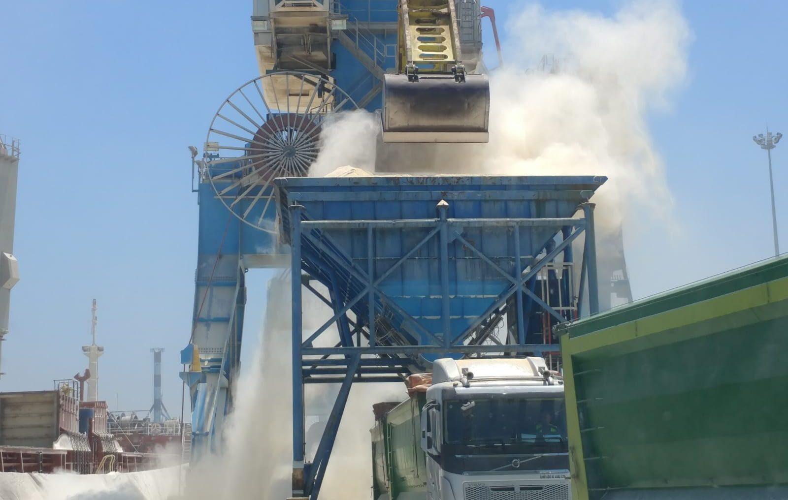 נמל אשדוד: פריקת מטען בתפזורת. צילום: דרור אריאלי, המשרד להגנת הסביבה
