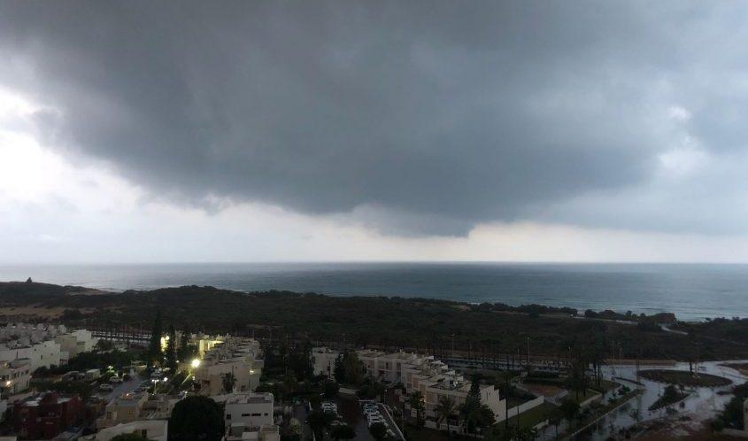 גשם באשדוד באמצע חודש יוני. צילום: שמואל דוד