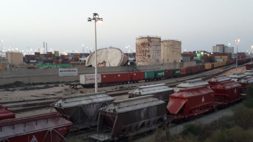 קרונות רכבת משא על הגדה הצפונית של נחל לכיש. צילום: דור גפני