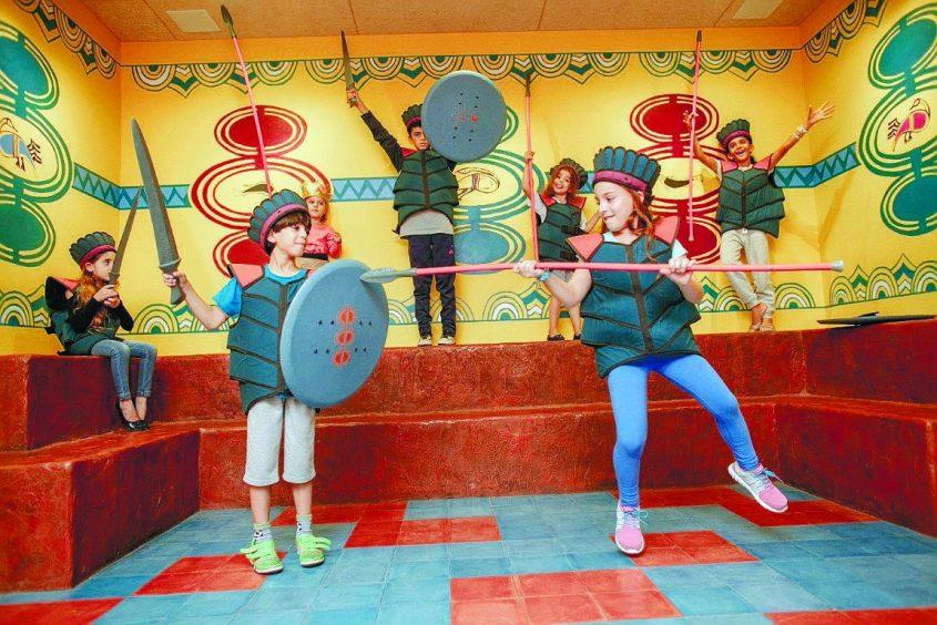 אוספים חוויות במוזאון הפלישתים- ילדים מחופשים לפלשתים. צילום אילן ספרא