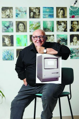 גם הוא בתערוכה: משה דרור עם מחשב מדגם ישן. צילום: ענבל דרור
