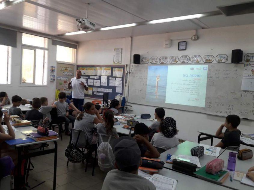 הדרכה של גולשי גלים בבתי ספר. בתמונה: עדי קלנג ותלמידים