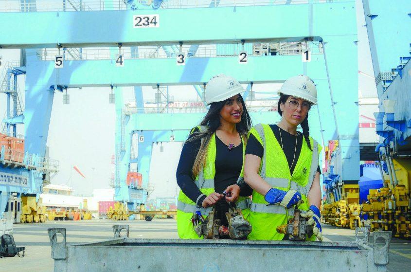 הסווריות בנמל אשדוד בפעולה: קרינה כץ ומור שחר. צילום: רינה גל