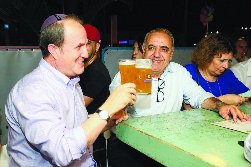 לסרי שותה בירה עם חברו מוטי מלכא בפסטיבל מדיטרנה. צילום: גיל לוי לפוטו דויד אסייג