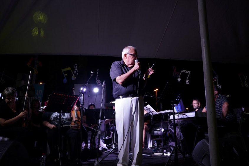ריקרדו פוטורנסקי עם תזמורת מנגנים טנגו. צילום: דניאל דיין