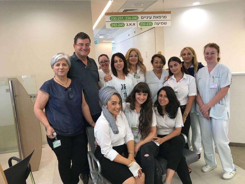 """ד""""ר דרוול וצוות המרפאות במרכז הרפואי החדש של הכללית בסיטי אשדוד. צילום: אופיר לוי, כללית מרכז"""