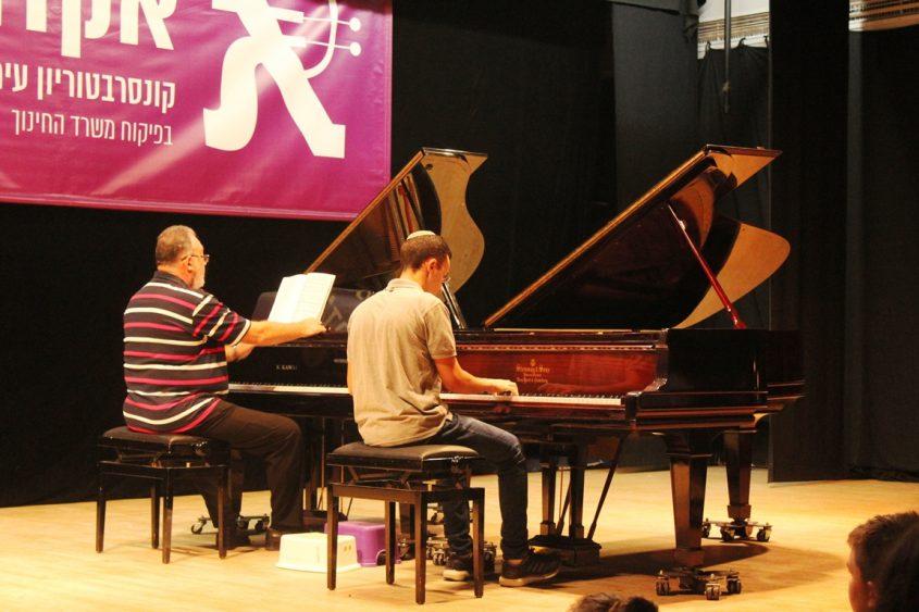 מורה ותלמיד על שני פסנתרים. צילום: פוש אפ גירלס