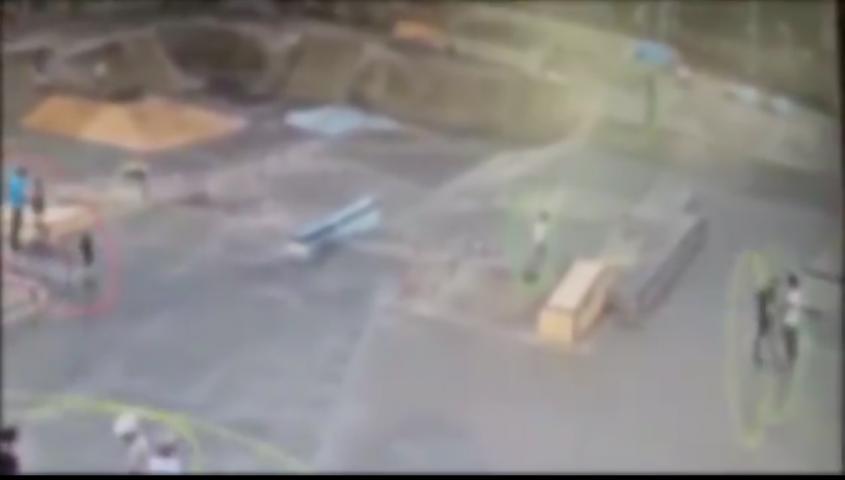צילום מסך מסרטון מצלמות האבטחה של העירייה. מצד ימין הנאשם מתקרב ונוגח בפניו של הנער