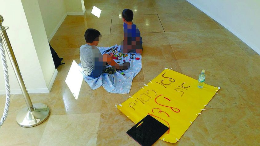 ילדים במשמרת מחאה ליד לשכת ראש העירייה השבוע. צילום: אלכס אברמסון