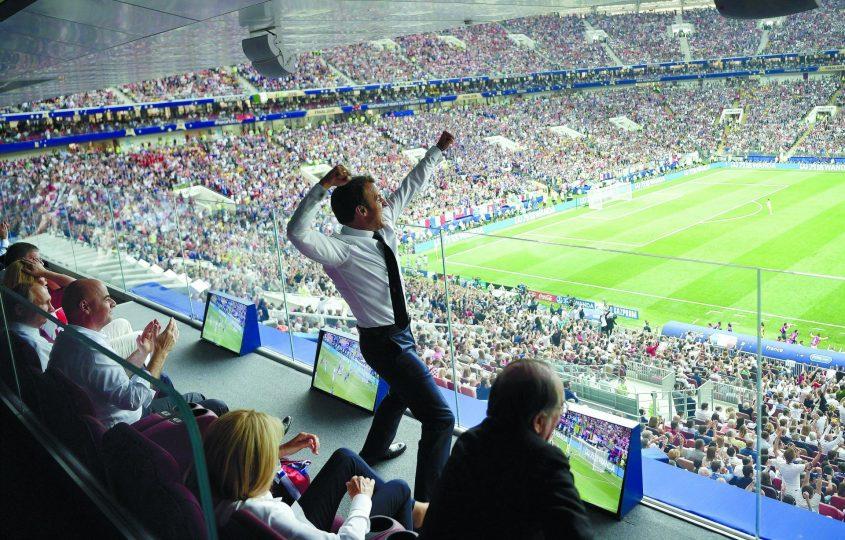נשיא צרפת עמנואל מקרון חוגג בגמר. צילום: Alexei Nikolsky אי־פי