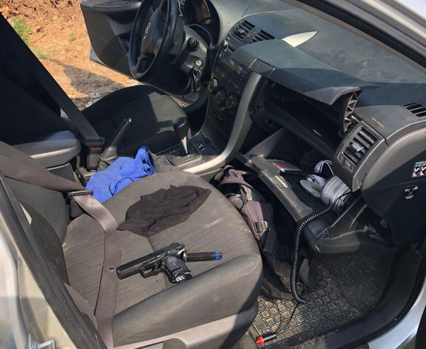 אקדח שנתפס אצל השודדים. צילום: דוברות המשטרה