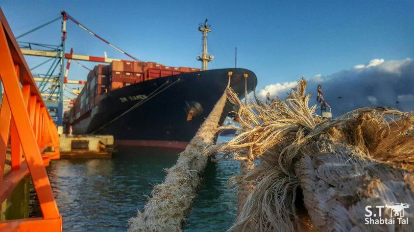 אוניית מכולות עוגנת בנמל. צילום: שבתאי טל