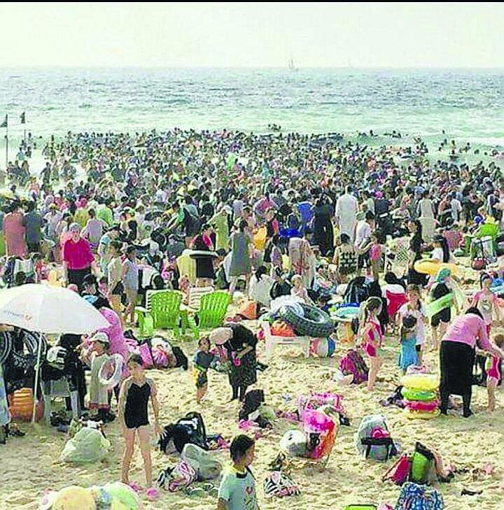 רחצת נשים בחוף הנפרד באשדוד. צילום: דודו חן