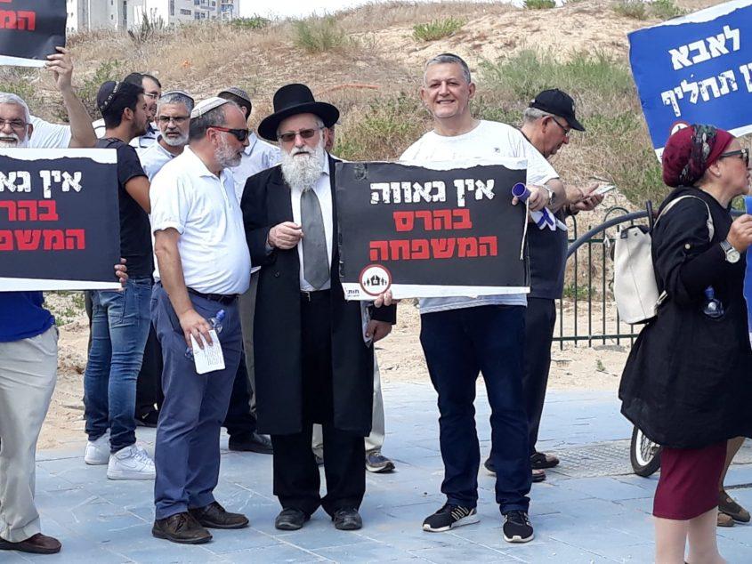 הרב יוסף זייני במרכז עם כובע בהפגנה נגד מצעד הגאווה באשדוד