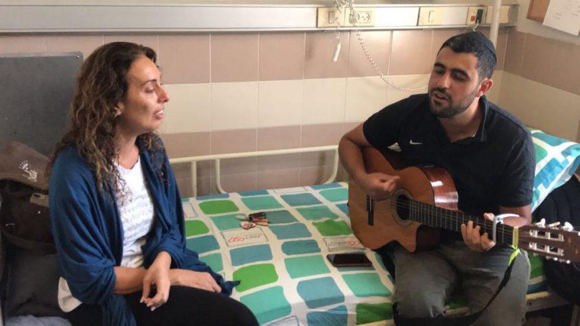 סונדרין והזמר האהוב עליה ישי ריבו שהפתיע אותה יום לפני השחרור מבית החולים. צילום: באדיבות המשפחה