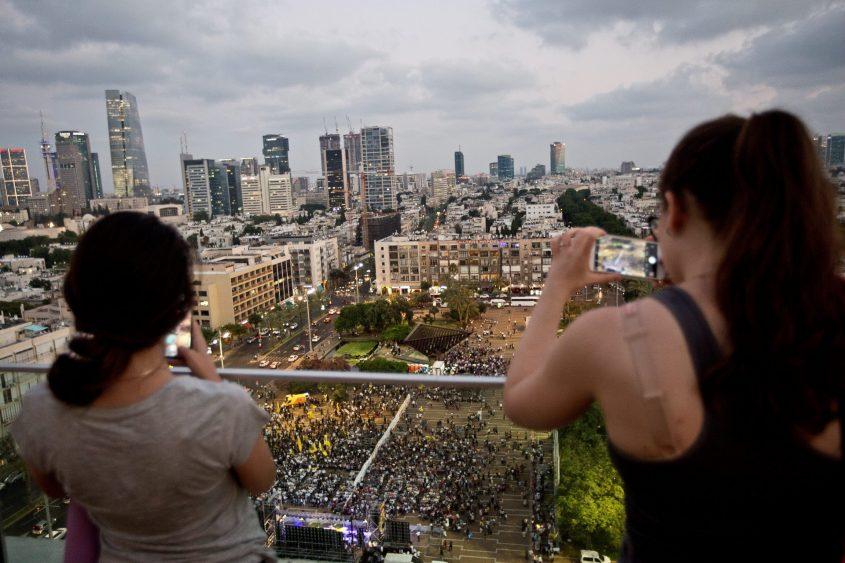 """כך נראתה עצרת חב""""ד בכיכר רבין ממרפסת. צילום: מגד גוזני"""