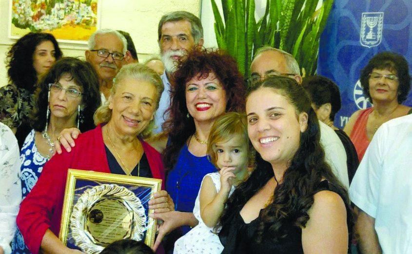 שילה כהן (במרכז) עם נציגי קהילת זקינטוס ובתו של ראש העיר מציל היהודים, במהלך מפגש במשרד החוץ בי-ם