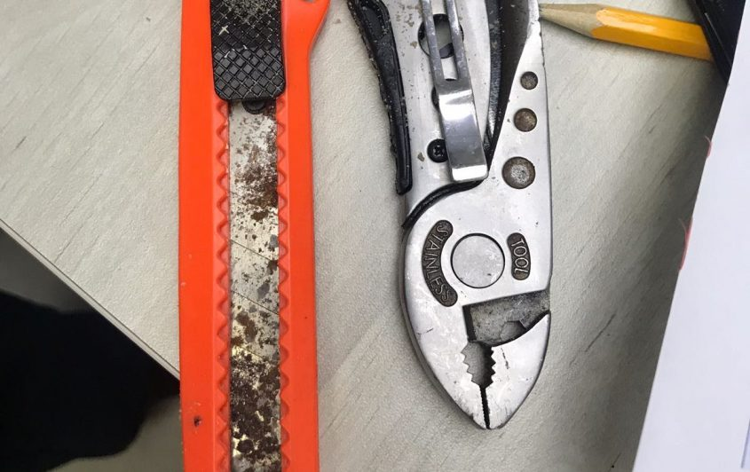 האולר והסכין שנתפסו על החשוד. צילום: דוברות המשטרה